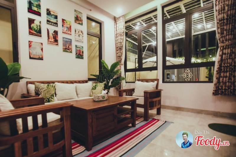 Phòng sinh hoạt chung được trang trí với những bức tranh treo tường đầy màu sắc.