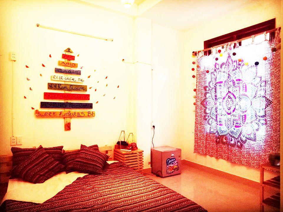 Căn phòng dành cho các cặp đôi được thiết kế lãng mạn với cửa sổ thoáng mát