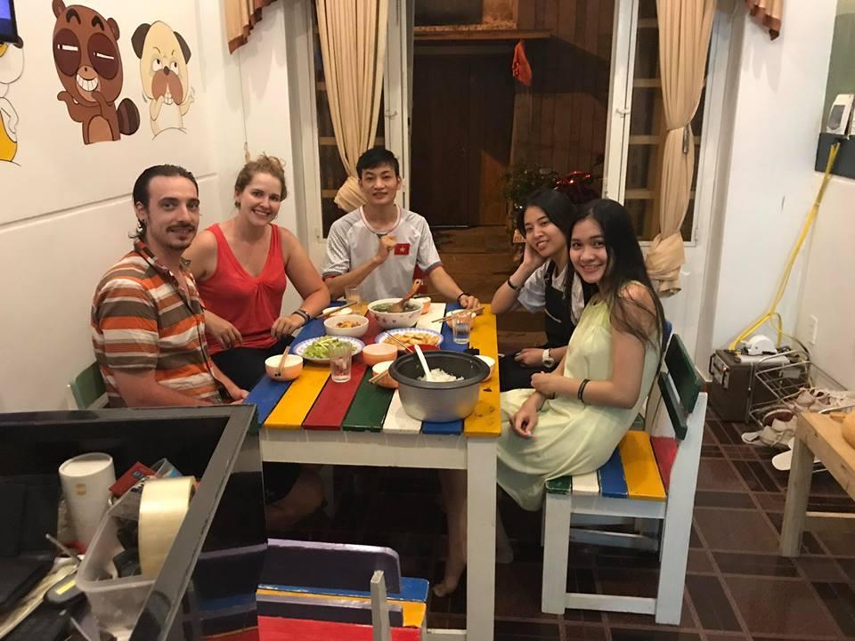 Bữa cơm thân mật của khách lưu trú cùng gia đình anh chủ