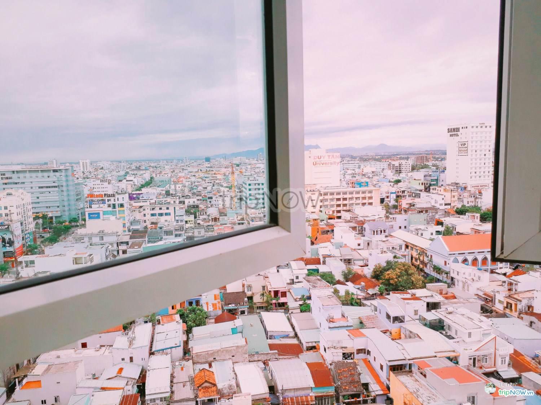 Ô cửa sổ luôn ngập tràn ánh sáng, thỏa sức phóng tầm nhìn ra toàn thành phố
