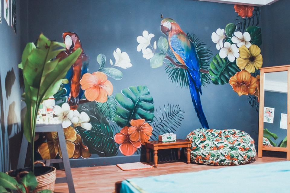 Những bức tranh bích họa đầy màu sắc xanh mát của khu rừng nhiệt đới