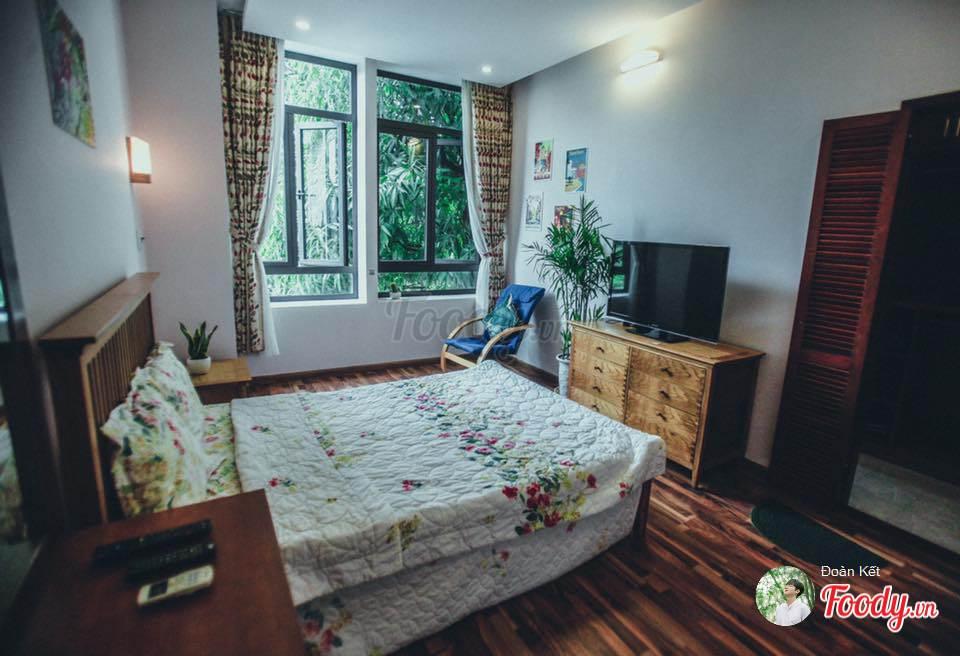 Mỗi phòng đều có cửa sổ lớn, tầm nhìn ra sân vườn để tận hưởng không khí trong lành mỗi sớm mai.